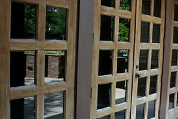 Las regulaciones de altura de las manijas de las puertas están cubiertas por numerosas agencias reguladoras.