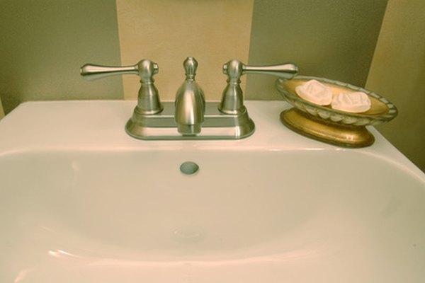 El ácido cítrico hace que los lavabos se vean como nuevos.