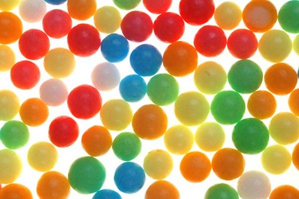 Usa pequeños caramelos de colores para representar las diferentes partes de una célula en un modelo comestible.
