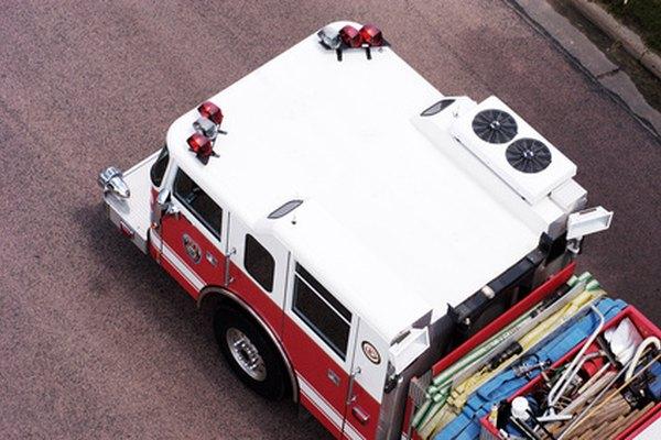 Los operadores de los centros de llamadas de emergencia despachan llamadas para la policía, los bomberos y los paramédicos.