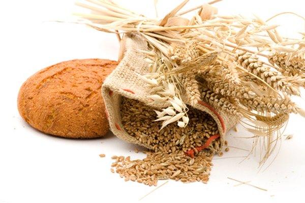 Una hogaza de pan de trigo y granos de la que se produce.