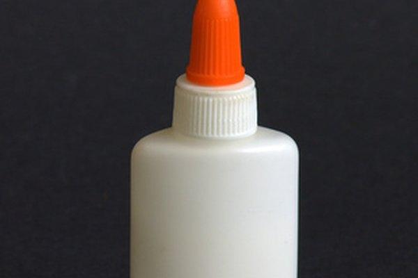 La pasta o pegamento a base de agua puede saturar algunos papeles.