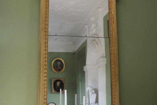 Los arañazos en un espejo pueden ser reparados con papel de aluminio o se lo puede volver a platear.