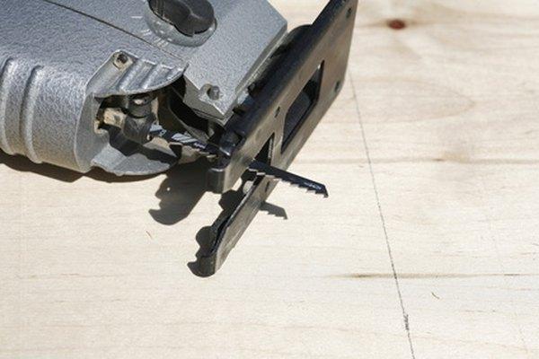 Una sierra es una herramienta ideal para cortar agujeros circulares en la madera.