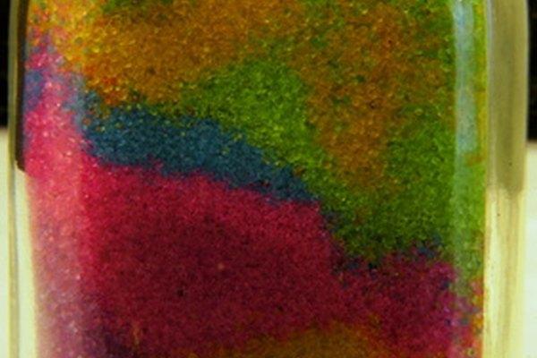 Llena una botella con arena de colores.