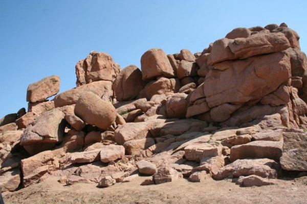 El desgaste puede contribuir a que los materiales de las rocas en bruto se conviertan en suelo.