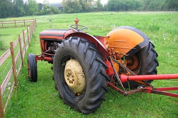 This small tractor is similar to the 1710 Tractor distributed by Ford from 1983 to 1986
