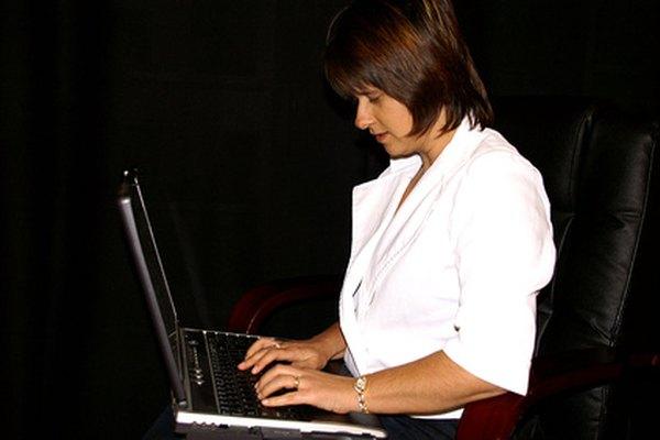 Las áreas de habilidades en un currículum incluyen capacidades de comunicación, informáticas y analíticas.