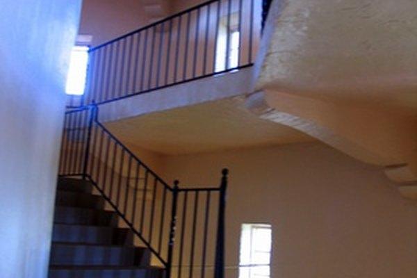 Una escalera mal iluminada es una fuente de accidentes.