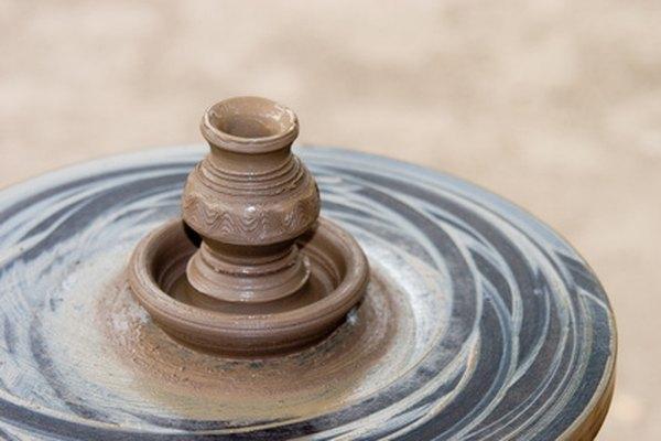 La rueda de cerámica le permite a los alfareros crear diseños de arcilla más complejos.