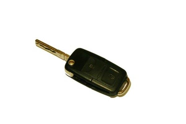 Aplica presión en la llave Volkswagen con tus manos.