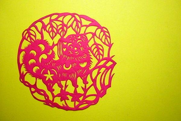 El decoupage es una forma de arte decorativo en la cual un objeto se cubre con papel de colores o imágenes impresas.