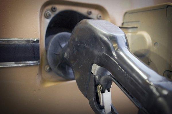 Los tanques de gasolina de los automóviles pueden ser hechos con acero o plástico.
