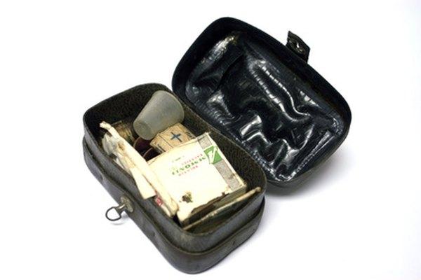 Las mochilas militares incluyen botiquines de primeros auxilios.