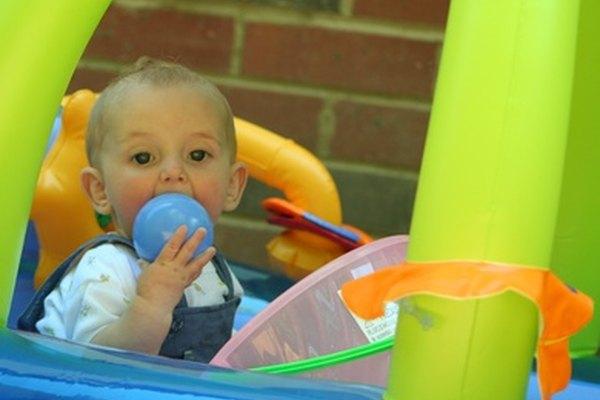 Los niños menores aprenden a través del tacto, sabor y los otros sentidos.