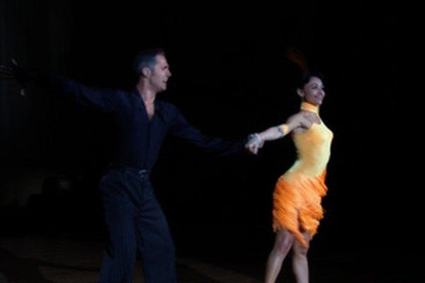 Las danzas latinas son una fusión de coloridas expresiones culturales.