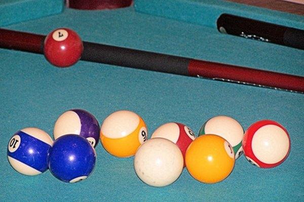 Tradicionalmente, las mesas de billar tienen una superficie de pizarra, sin embargo, existen muchos materiales alternativos.