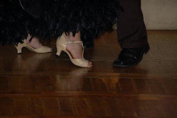 Esta pista de baile portátil puede ser utilizada tanto para la práctica y la actuación en vivo en cualquier nivel del suelo o terreno.