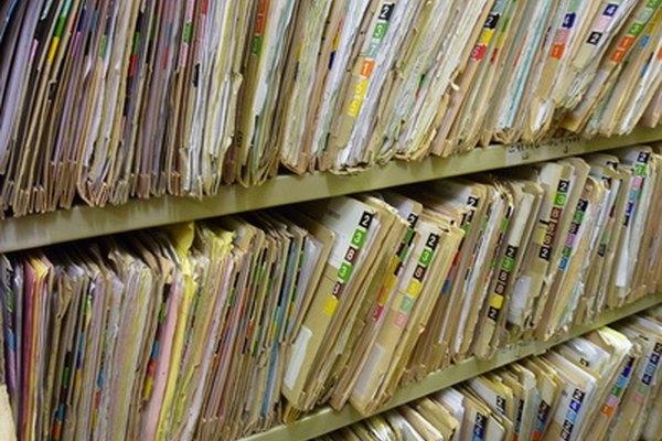 Un asistente de recursos humanos mantiene los archivos de los empleados.