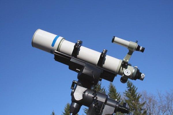 Los telescopios refractores usan lentes para magnificar la luz de los objetos distantes.