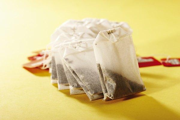 Puedes usar bolsas de té para darle al papel normal una apariencia antigua.