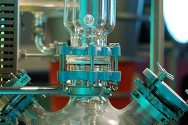 El petróleo se destila para separar sus varios componentes.