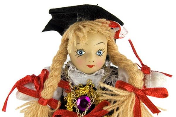 Algunas caras de las muñecas de trapo tienen contornos y definición, mientras que otras deben ser añadidas por el pintor.