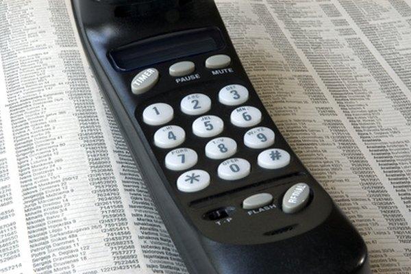 Las guías telefónicas están separadas en dos partes, las páginas blancas y las páginas amarillas.