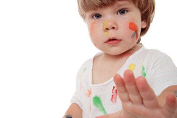 Los niños pueden pintar de manera segura con los productos adecuados y la supervisión de un adulto.