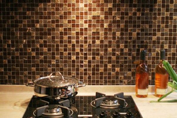 Una campana de cocina contiene un ventilador para eliminar el humo, los olores y la grasa en el aire creado al cocinar.