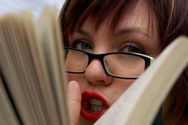 Los lentes son la marca registrada del disfraz de secretaria. Combínalos con lápiz de labios rojos para conseguir una sexy sofisticación.