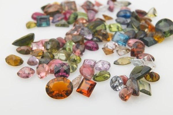 En World of Warcraft, las gemas prismáticas aumentan estadísticas para cualquier ranura de color en tu equipo.