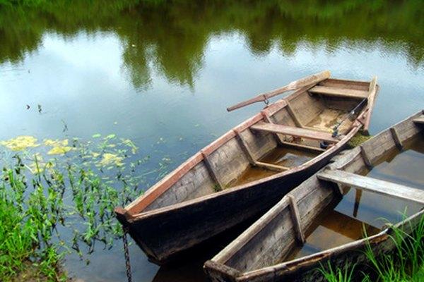 Un bote de remos de madera equipado con toletes tipo pasador.
