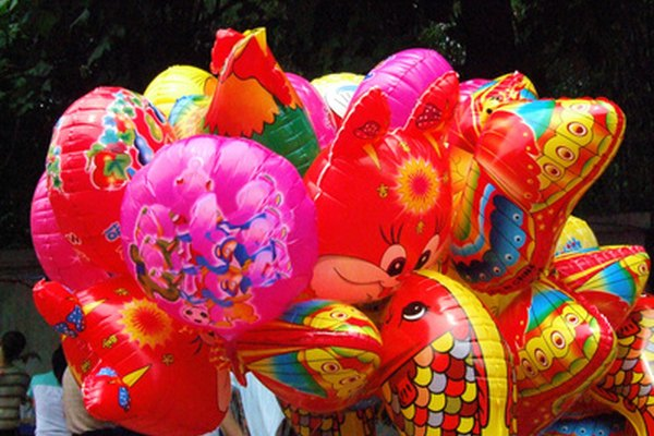 El helio se usa para inflar los globos.
