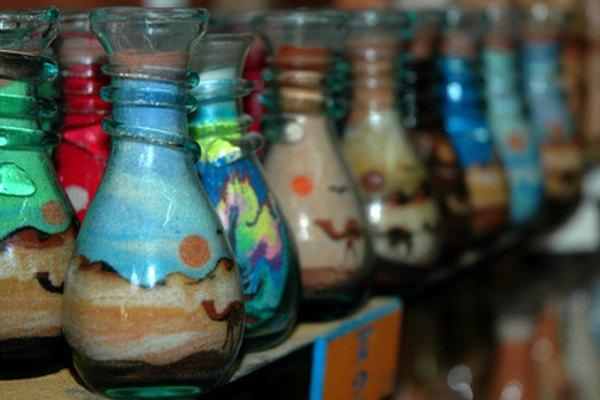 Tiñe el arena para hacer coloridos jarrones artísticos.