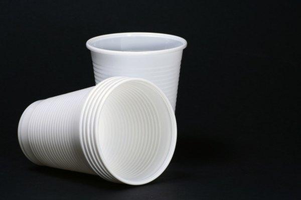 Puedes hacer artesanías de renos con vasos de papel.