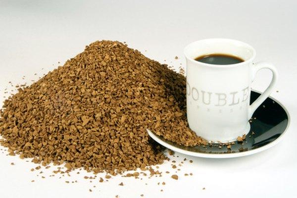 Entre más café instantáneo utilices obtendrás un color más oscuro.