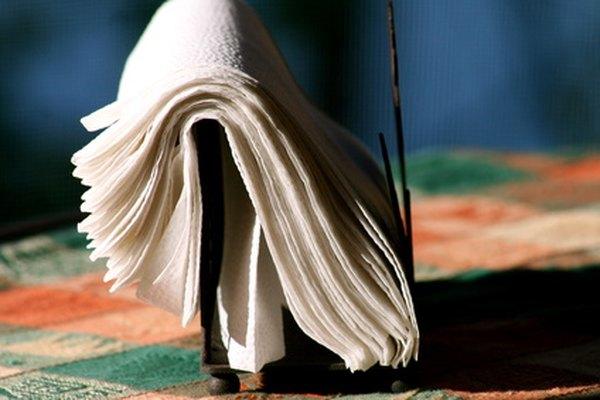 Planchar con papel congelado una servilleta de papel les permite expresarse a los que hacen manualidades.