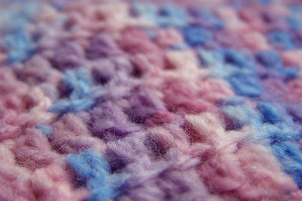 Los puntos del tejido al crochet se entrelazan por lo que necesitas asegurarlos antes de cortar.