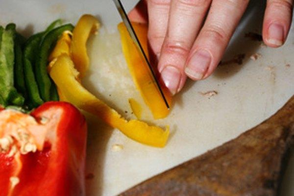 Las compañías de servicios de comidas preparan platos de comidas para eventos organizados.