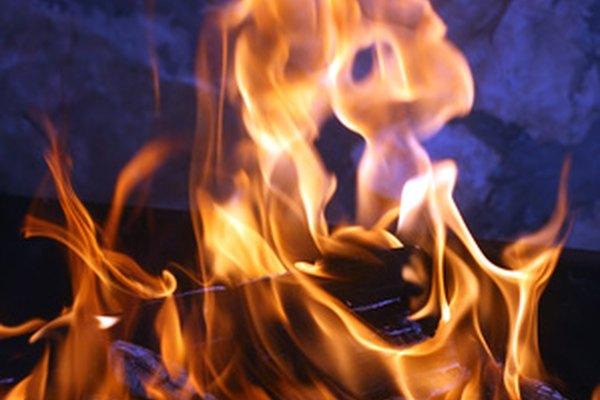 Utiliza objetos domésticos que contengan elementos químicos para colorear el fuego.
