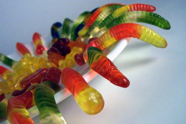 Reparte dos o tres gusanos gomosos a cada niño para que los pongan sobre la comida.