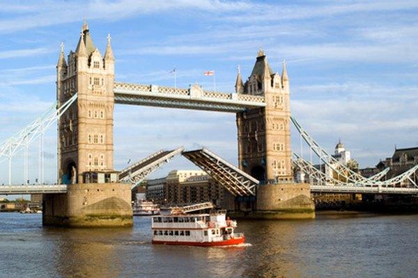 El Tower Bridge en Londres, Inglaterra, es un puente levadizo.