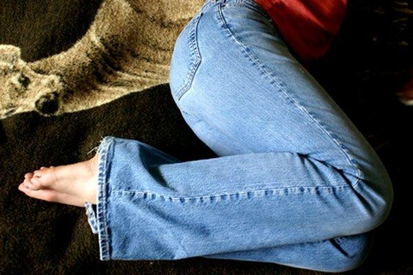 Quita un broche de presión de unos pantalones vaqueros u otra pieza de ropa y reemplázalo con un nuevo cierre.