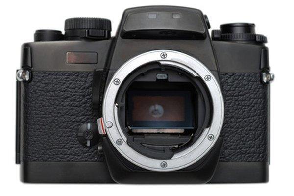 Coloca la lente de 55-250 mm en el cuerpo de la cámara.