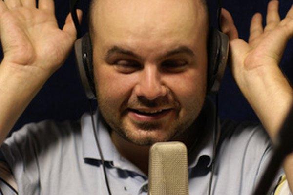Los locutores de radio difunden noticias y anuncios en las ondas.