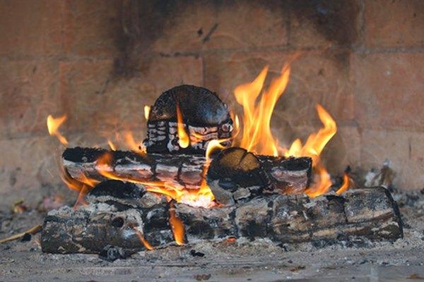 Cómo iniciar un fuego con leña húmeda.