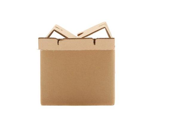 Refuerza una caja común de cartón para que sea extra fuerte.