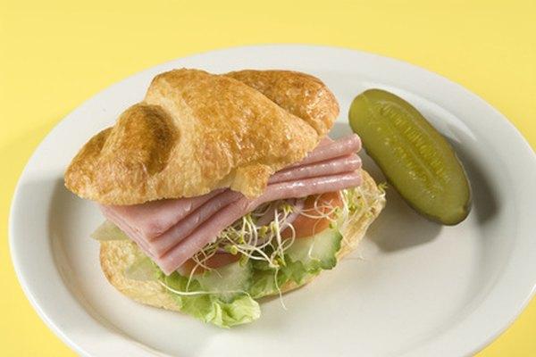 Los delis sirven sándwiches y pepinillos.