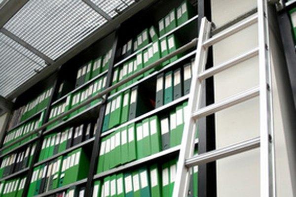 Haz tu propia escalera con ruedas para tener un fácil acceso a la biblioteca de tu hogar.
